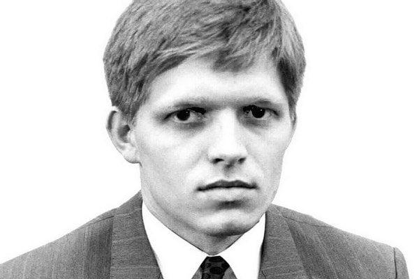 Mladý Rober Fico. Fotka z prihlášky do KSČ.