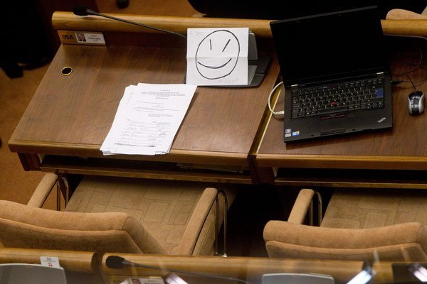 Zaznamenať poslancov pri práci v sále napokon nezakážu.