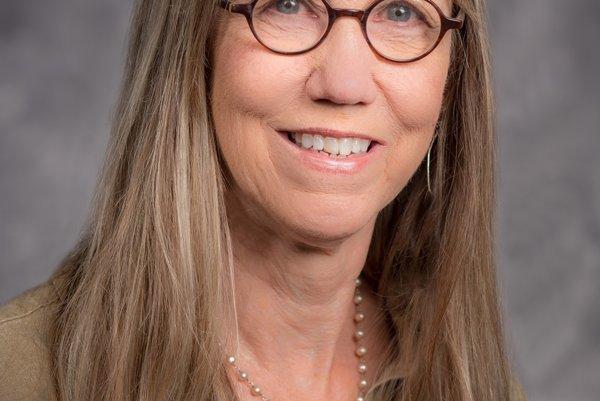Deborah Nelson. Pracovala na mnohých investigatívnych prípadoch.