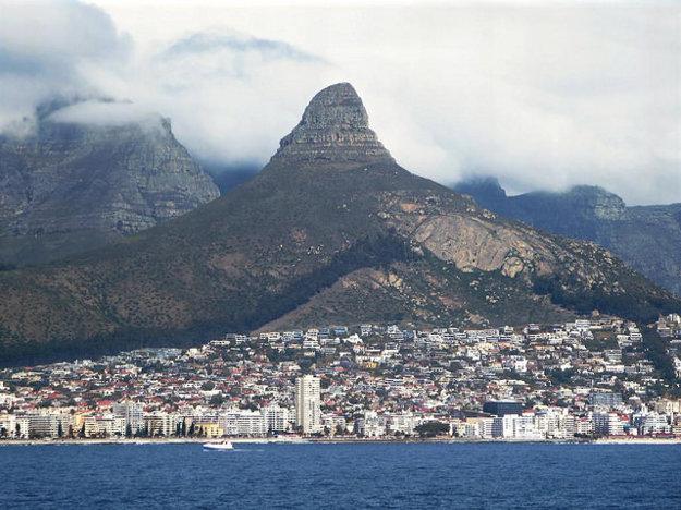Kapskému Mestu pri pohľade od mora dominuje skalná formácia Levia hlava.
