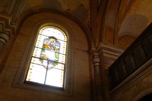 Mnohé z pôvodných vitráží sú poškodené.