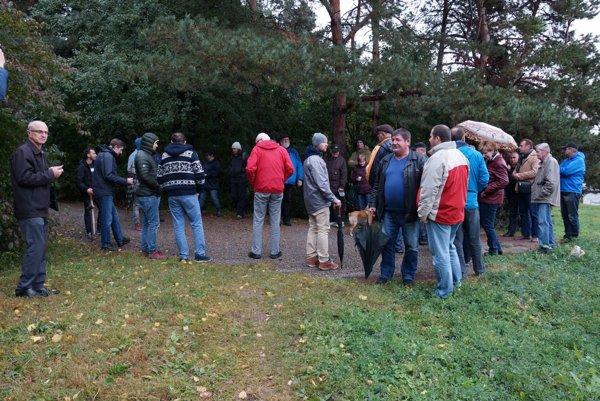 Petičné zhromaždenie. Roky neriešená situácia spozemkami môže predstavovať pre mesto isamotný lesopark veľký problém.
