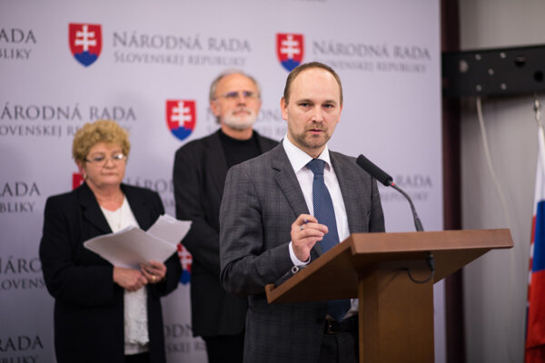 Poslanec Jozef Viskupič sa Daniely Nehézovej (vľavo) zastal na pôde národnej rady.