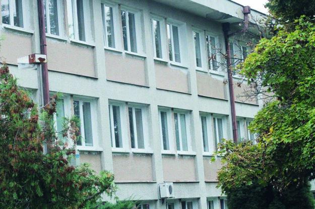 Na priečelí budovy sú od roku 2013 nové okná.