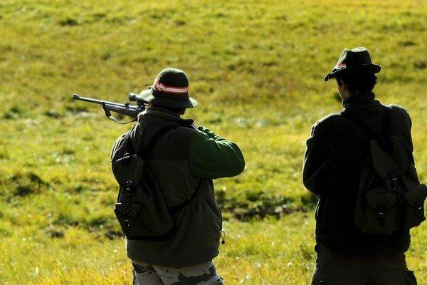 Keby zverejnili mená lovcov, už by poľovať neprišli, tvrdia vojenské lesy.