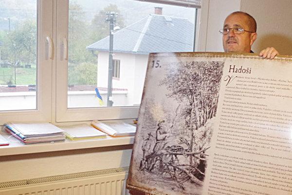Starosta Dolnej Marikovej ukazuje jednu z tabúľ, ktorej osadenie pripravovali.