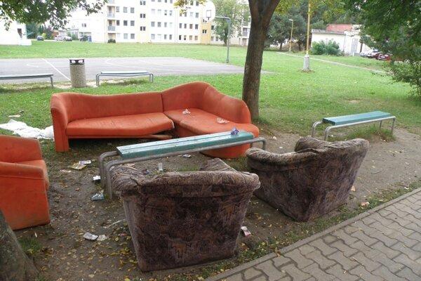 Staré sedačky našli nové využitie aj pod holým nebom.