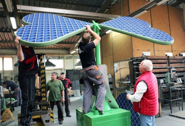 Michal Bartko (vpravo) v dielni sleduje montáž štvorlístka.