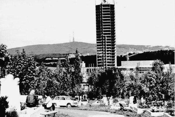 Rozostavaná budova vMlynskej doline, vpozadí stará aj nová televízna veža na Kamzíku.