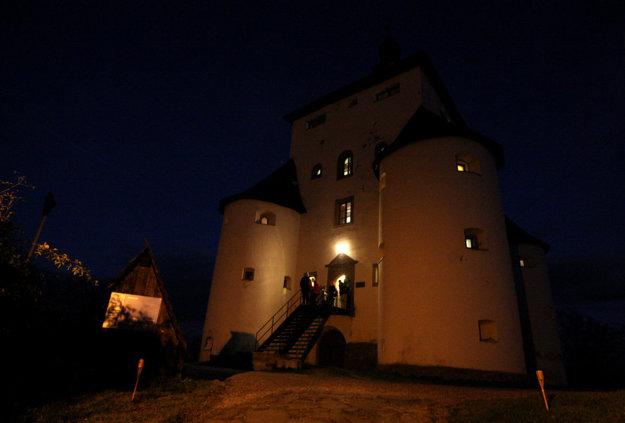 Nový zámok nad historickým centrom v noci.