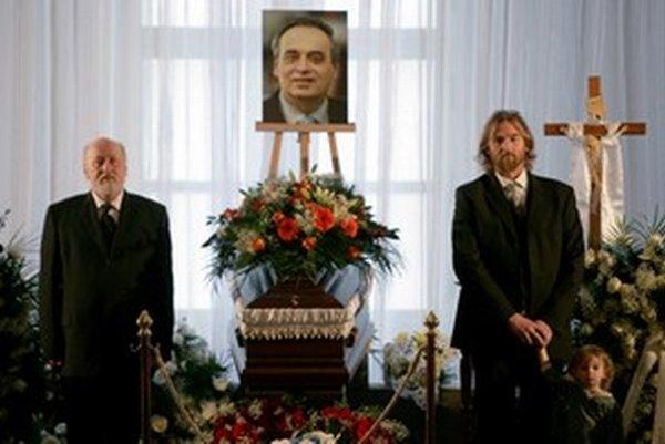 Tom Nicholson (vpravo) na pohrebe Ernesta Valka.