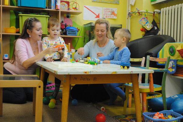 Mladé mamičky. Zľava Lenka Kulová aAndrea Bendíková so svojimi ratolesťami.