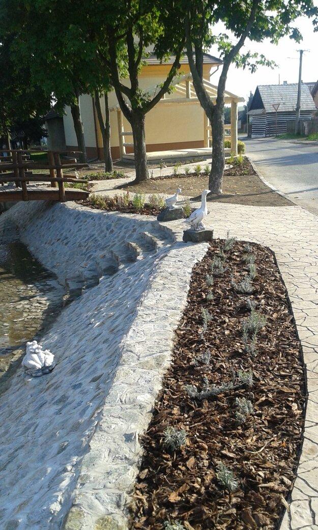 Levanduľový záhon popri nových chodníkoch.