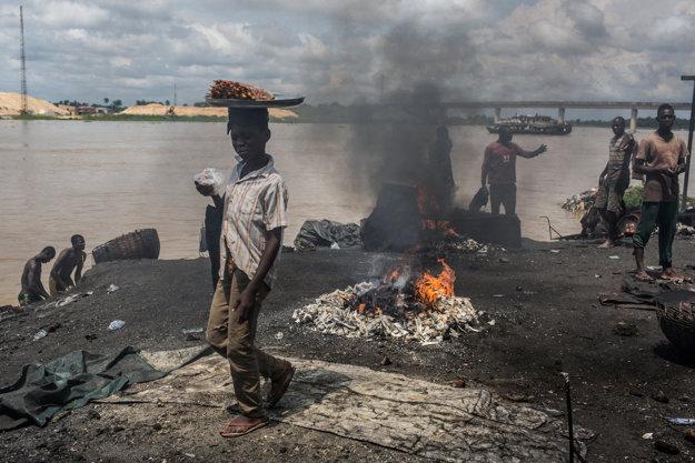 Na udržanie ohňa používajú pracovníci bitúnku kravské kosti, pneumatiky či elektrické káble. Dym z takého ohňa je vysoko toxický.