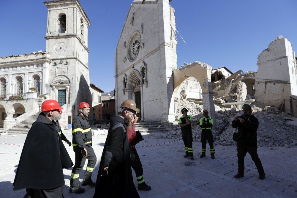 Mnísi zo zničenej katedrály sv. Benedikta.