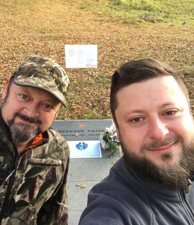 Bratia Pálovci pri hrobe dnes už známeho padlého vojaka.
