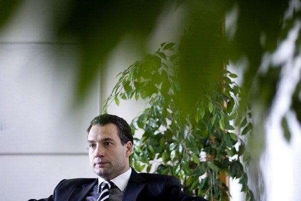 Pred piatimi mesiacmi padol šéf Všeobecnej zdravotnej poisťovne Marcel Forai a zo siedmich firiem, ktoré mali s poisťovňou sporné zmluvy, odišla jeho teta Anna Sučková.