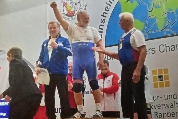 Jaroslav Chebeň (v strede) na stupni víťazov.