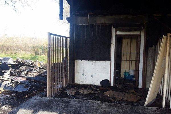 Oheň napáchal na beladickom štadióne nemalé škody.