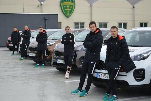 Futbalisti MŠK Žilina pri autách KIA SPORTAGE.