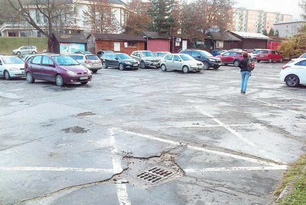 Nový asfalt pribudne aj na tomto parkovisku.
