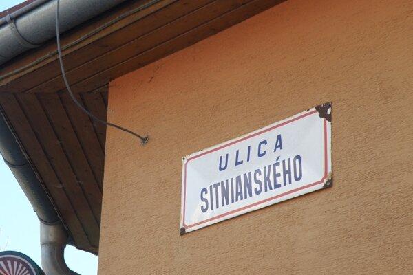 """Po Sytnianskom je pomenovaná v Prievidzi ulica, aj keď s mäkkým """"i"""". Údajne je v rôznych zdrojoch jeho meno uvedené rôzne."""