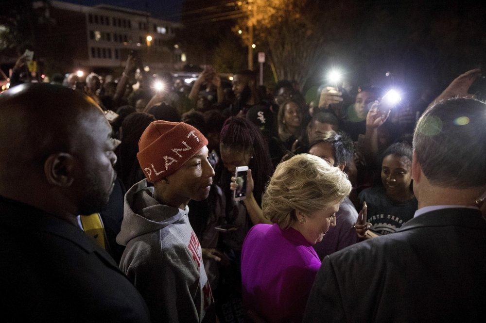 Clintonová prišla medzi študentov v Severnej Karolíne aj so spevákom a skladateľom Pharrellom Williamsom.