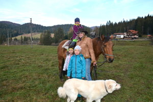 Návštevníci kruhovej jazdiarne. Na veľkých koníkoch sa učia jazdiť aj tí najmenší.