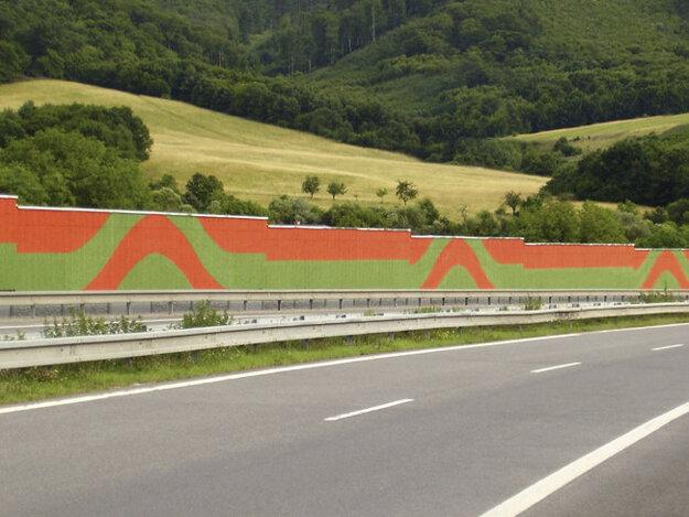 Protihluková stena v Tekovskej Breznici. Obyvatelia žiadajú jej rozšírenie.