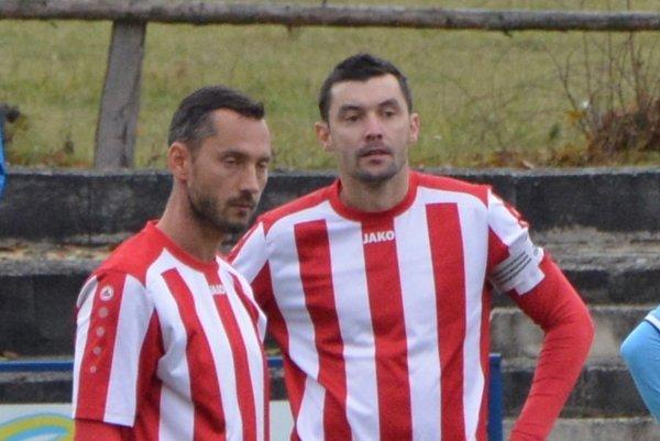 Alekšince zatiaľ inkasovali iba tri góly. Ako si s touto obranou poradí dvojica kanonierov Adrián Candrák (vľavo) a Martin Rusňák?
