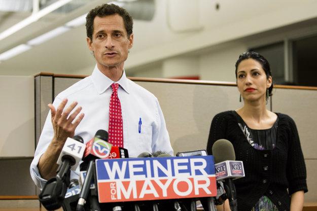 Anthony Weiner sa k obvineniam zo sextingu priznal v roku 2011, po jeho boku stála Huma aj v tom čase
