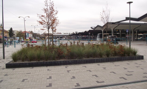 Súčasťou modernizácie stanice je aj táto časť so zeleňou.