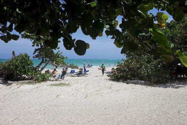 Jednou z najviac obľúbených pláží je Fort Clarence Beach.
