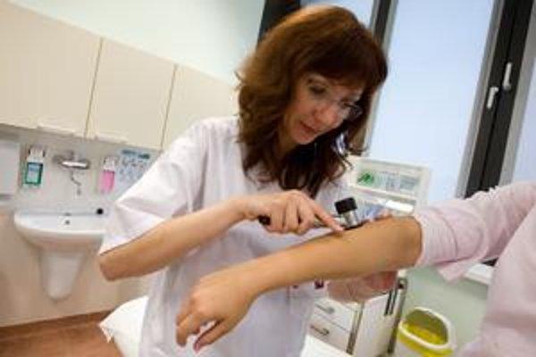 O pondelňajšiu preventívnu akciu zameranú na kontrolu materských znamienok bol mimoriadny záujem. Na snímke doktorka Michaela Dubčeková.
