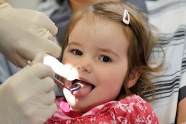 Dôkladnou zubnou hygienou možno predchádzať aj zápachu z úst. Deti k nej treba viesť odmalička.