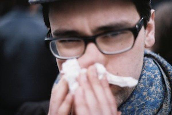 K nepríjemným príznakom alergie na roztoče patrí aj nádcha.