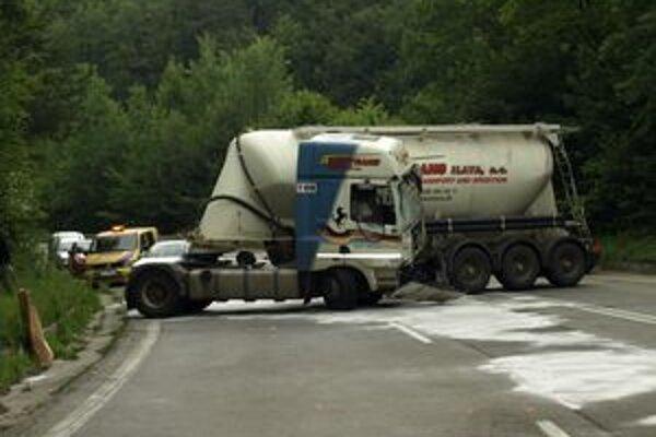 Kamión sa skrížil v kopci a stal sa neovládateľným.