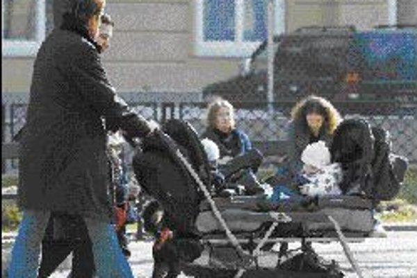 Matka musí sama podľa pohybových schopností dieťaťa vedieť, do akého veku by ho mala voziť v kočíku. ILUSTRAČNÉ FOTO SME - PAVOL FUNTÁL