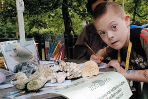 Deti z Asociácie rodín a priateľov postihnutých detí v Ústí nad Labem poznávajú morské korály v zlínskej zoologickej záhrade. Tento medzinárodný projekt bol určený chronicky chorým a zdravotne znevýhodneným deťom vo viac ako 160 zoologických záhradách po