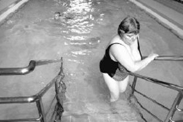 Pre ľudí so psoriázou je často veľkým problémom navštevovať kryté bazény, kúpaliská a podobné zariadenia. Boja sa reakcie okolia.ILUSTRAČNÉ FOTO SME - PAVOL FUNTÁL