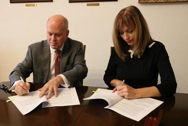Podpis zmluvy.