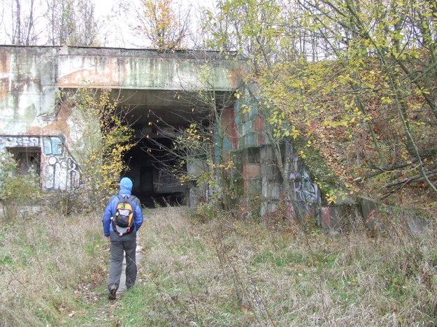 Vchod do najväčšieho z bunkrov na vrchole základne.
