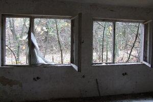 Vojaci mali na základni niekedy aj poriadne okno. Ani z neho už veľa nezostalo.