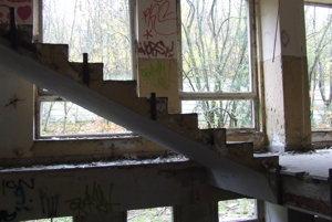 Budova bývalej kasárne zvnútra. Schody sa zrejme ukradnúť nedali.