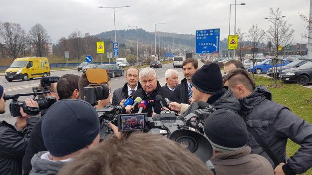 Minister dopravy, výstavby a regionálneho rozvoja Arpád Érsek v Čadci oznámil, že už čoskoro sa začne stavať úsek diaľnice D3 Čadca, Bukov - Svrčinovec.