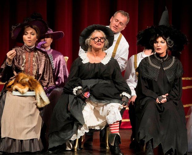 Vpredu zľava Henrieta Kecerová ako pani Plíživková Adriana Krúpová ako čarodejnica Starenka Oggová a Beáta Drotárová ako čarodejnica Babka Zlopočasná, nad nimi Peter Čižmár ako deratizátor Unca.