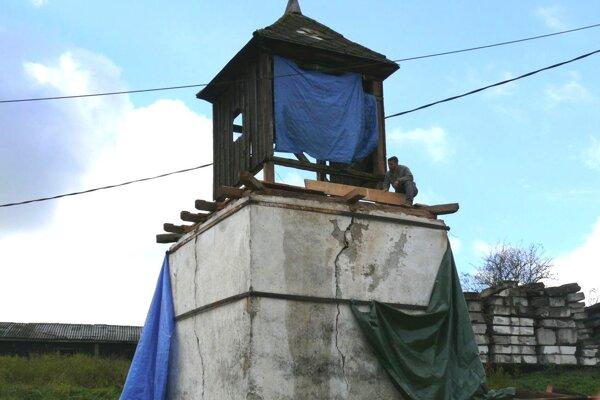 Zvonica vDuliciach. Jaroslav Chalupka sa do jej rekonštrukcie pustil začiatkom jesene.