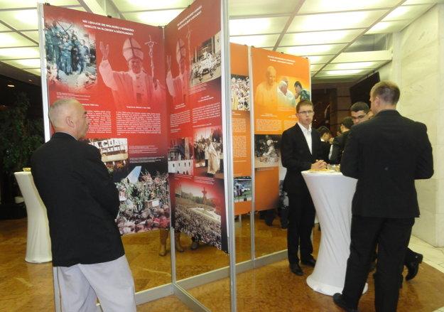 Výstava Pápež slobody potrvá v DAB do konca januára 2017.