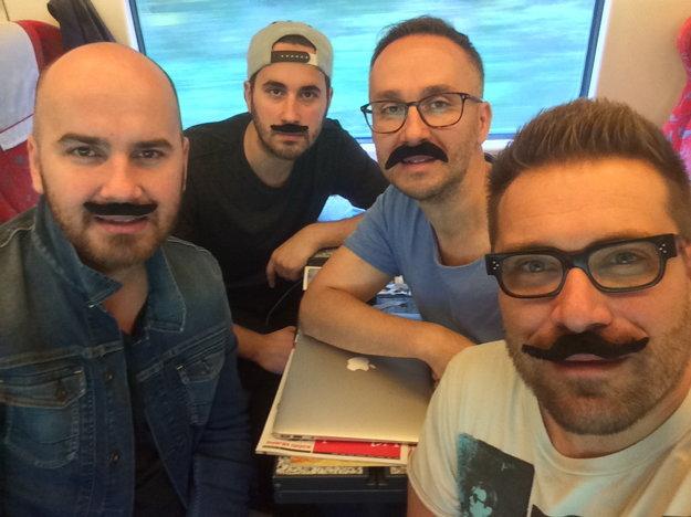 Podporili ich aj No Name. Fúzaté selfičko si urobili vo vlaku.