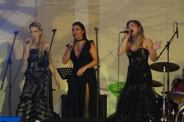 Spievajú La Gioia Divas.